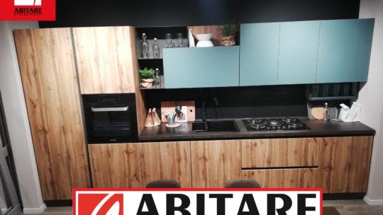 cucina lunghezza 3.90 metri con basi e colonne colore effetto legno nordico e pensili in vetro colore verde chiaro